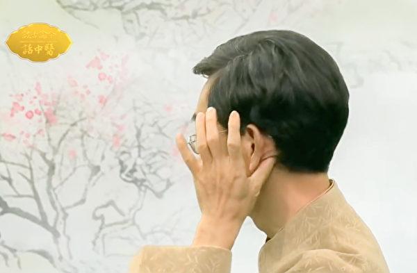 改善耳鳴、耳聾的動作之:耳後乳突按摩。(談古論今話中醫提供)