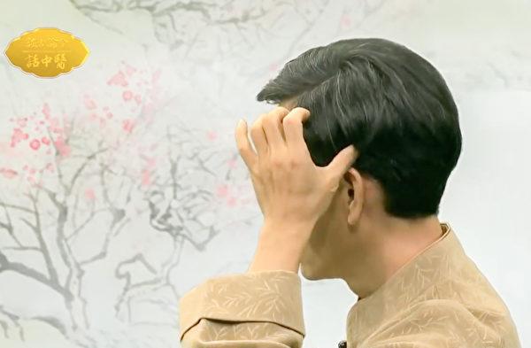 改善耳鳴、耳聾的動作之:撥揉筋結。(談古論今話中醫提供)