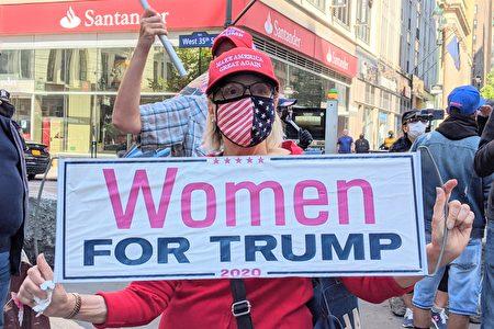 10月4日,紐約市的川普總統支持者手舉「Women For Trump」標語。