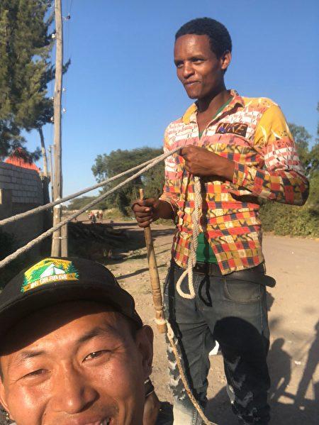 界立建在埃塞俄比搭驢車,非洲小哥在駕車。(受訪者提供)