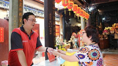 王姓學生母親在廟內參拜並添油香。