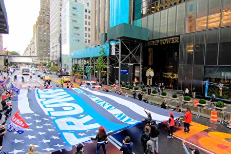 图为2020年10月13日,纽约市支持川普总统连任的民众,合力在川普大厦前举起一面巨幅黑白相间,中间有蓝色条纹的美国国旗。