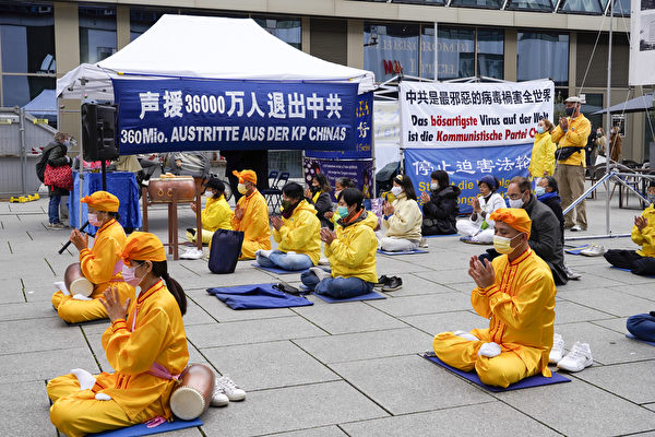 法輪功學員聲援3.6億中國人三退。(曹工/大紀元)