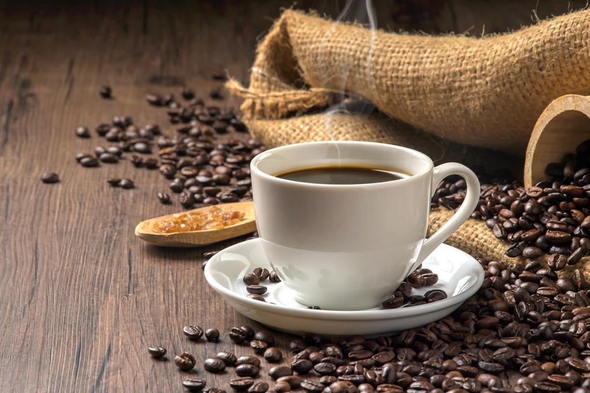 新研究发现,如果前一晚没睡好,在早餐前喝咖啡醒脑,会使血糖上升。(Shutterstock)