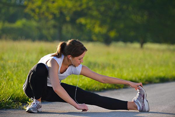 早晨太阳下运动或运动完洗热水澡,疏通淋巴效果更好。(Shutterstock)