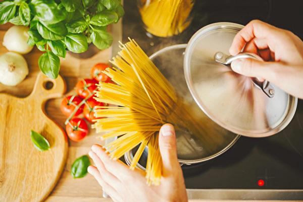 意大利直面、鸡胸肉和玉米笋搭配,是低GI、低热量的减肥餐。(Shutterstock)