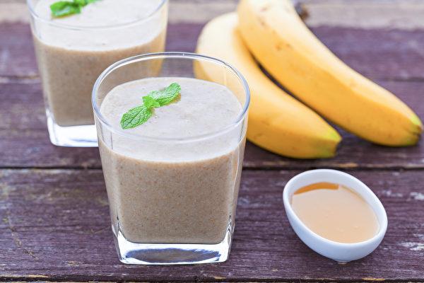 自制运动饮料蜂蜜香蕉果昔,补充蛋白质、碳水化合物和电解质。(Shutterstock)