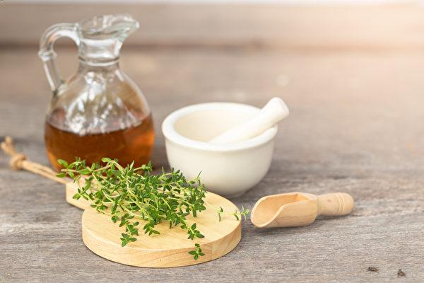 將百里香酚百里香純露加水與蜂蜜調和飲用,可改善感冒和流行性感冒。(shutterstock)
