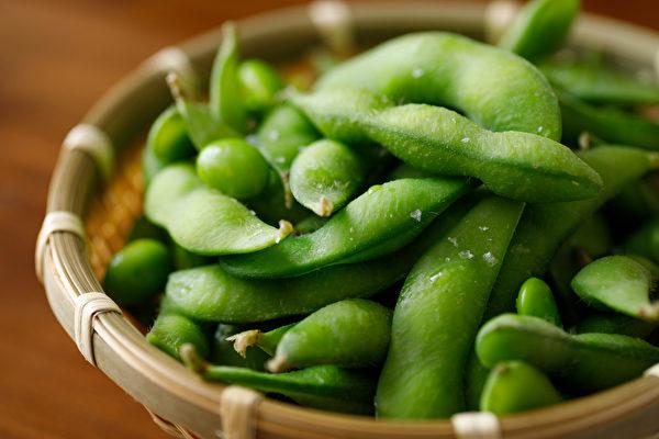 毛豆中含植物固醇会与肉类的胆固醇做竞争结合,减少肠道对胆固醇的吸收。(Shutterstock)