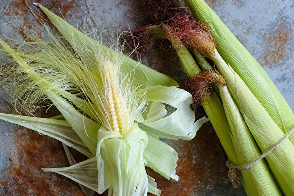 挑选带叶的玉米笋,比较新鲜。(Shutterstock)