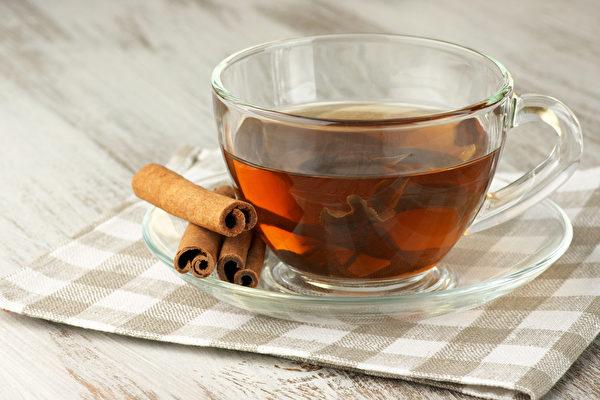 肉桂純露可加到咖啡裡調味,或與其它純露混合,加熱水調合成芳香茶飲。(Shutterstock)