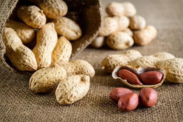 花生等食物容易污染黃麴毒素,吃下後增加肝癌風險。從購買、保存到食用,應多留意。(Shutterstock)