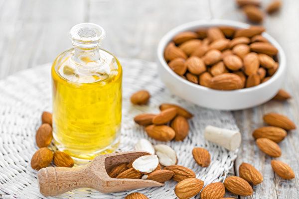 坚果属油脂类食物,富含维生素E、微量营养素、植物固醇、膳食纤维和植化素。(Shutterstock)