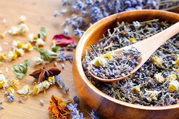 一些天然药草的香气可以让大脑分泌血清素、安多酚等物质,达到提升情绪的效果。(Shutterstock)