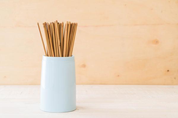 竹筷、木筷若產生裂縫,可能殘留澱粉類食物,造成黃麴菌滋生。(Shutterstock)