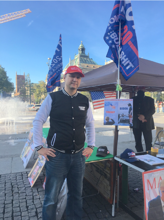 聲援特朗普信息日活動組織者莫塞洛夫(Daniel Mosailov)。(陳致中/大紀元)