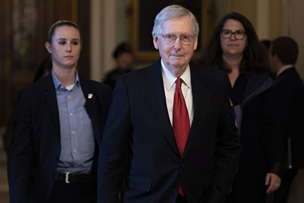 美國參議院多數黨領袖麥康奈爾公開表示,特朗普100%有權起訴選舉欺詐行為。圖為美國參議院多數黨領袖米奇·麥康奈爾(Mitch McConnell,中)。(Photo by Jim WATSON / AFP)