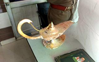 印男兜售「阿拉丁神燈」 還偽裝精靈冒出來