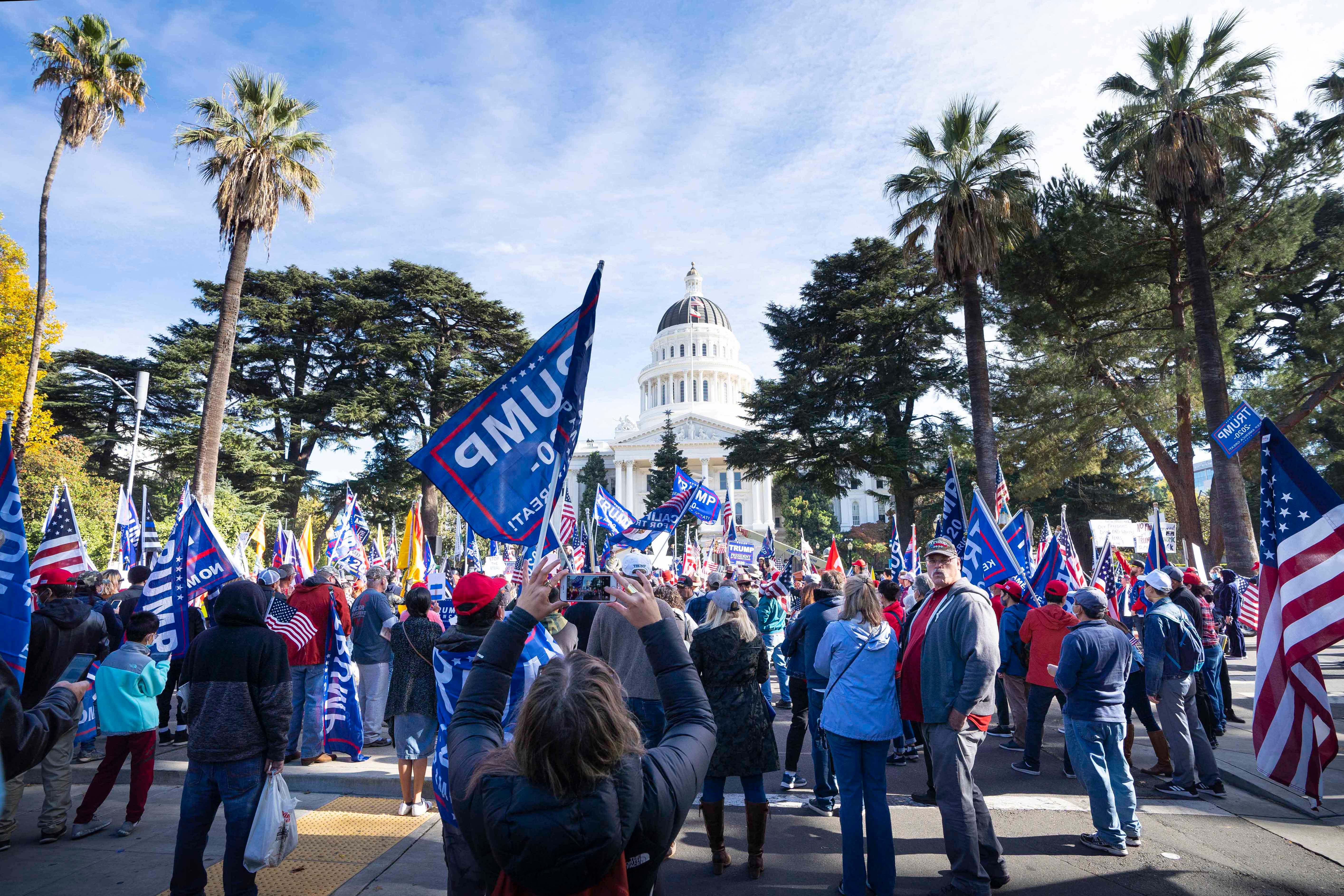 加州首府挺特集會 民眾:不要共產主義