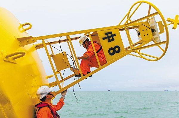 2020年9月,海口航標處工作人員在給即將投放的瓊州海峽定線制「中8」號燈浮標安裝電池設備。該浮標裝載的導航模塊從之前的GPS,被改為中共北斗系統。(網絡截圖)