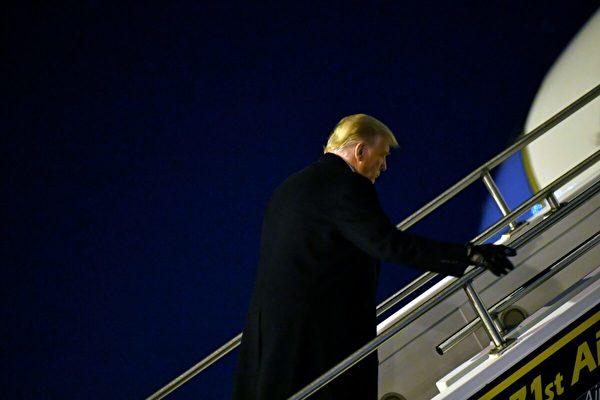 2020年10月31日,當勞特朗普總統在賓夕凡尼亞州巴特勒登上空軍一號。(Mandel Ngan/AFP via Getty Images)