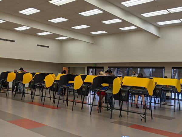 11月3日下午1點,柔斯密社區遊樂中心(Rosemead Community Recreation Center)的投票所仍有趕赴投下神聖一票的零星人潮。(徐繡惠/大紀元)