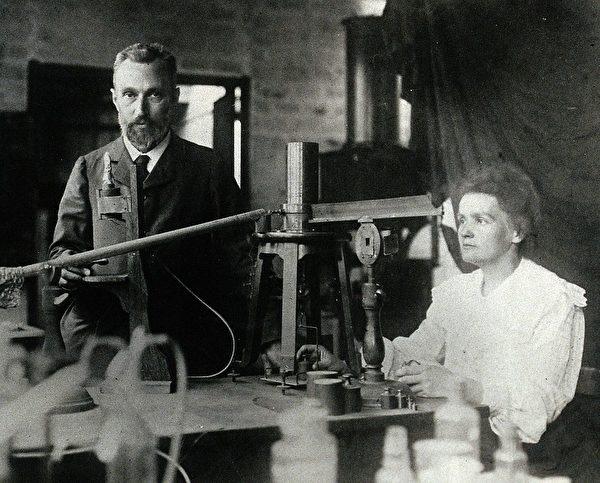 1904年,居里夫婦在實驗室做實驗,居里夫人正在操作一台設備。(公有領域)