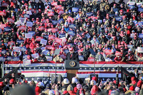 2020年11月2日,特朗普總統(圖中發言者)在賓州的斯克蘭頓舉行造勢集會,數千人參與活動,現場氣氛熱烈。(黃小堂/大紀元)