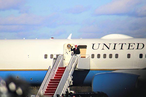 2020年11月2日中午,特朗普總統搭乘空軍一號降落在賓州的斯克蘭頓國際機場。(黃小堂/大紀元)