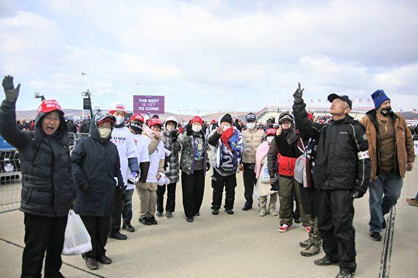 圖為2020年11月2日,支持特朗普總統連任的部份日本和南韓人一起在集會現場合照留念。(黃小堂/大紀元)