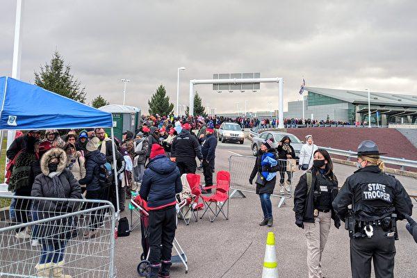 2020年11月2日清晨,斯克蘭頓國際機場的集會場合已經擠滿了數百位等待入場的民眾。(黃小堂/大紀元)