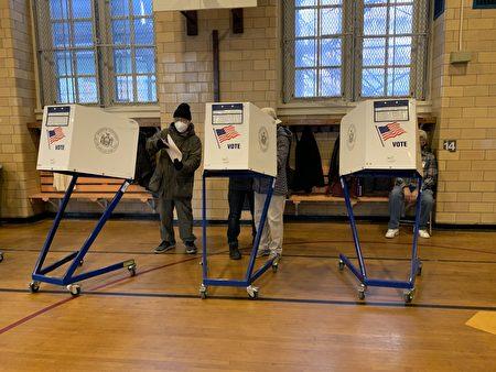 投票站內的投票情景(林丹/大紀元)