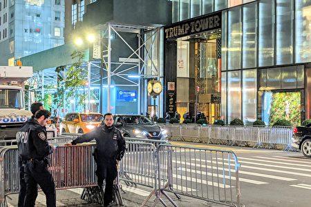 图为纽约市警局在第五大道的川普大厦前部署众多警力。