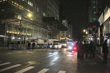 图为纽约市警局在川普大厦前部署重型卡车,做好准备。