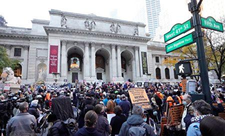 紐約市支持拜登的民眾4日發起「計算每一張選票」抗議遊行。圖為抗議者聚集在公共圖書館前。