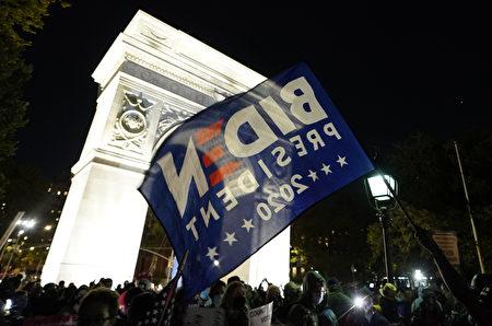 紐約市支持拜登的民眾發起「計算每一張選票」抗議遊行,當晚聚集至華盛頓廣場公園。