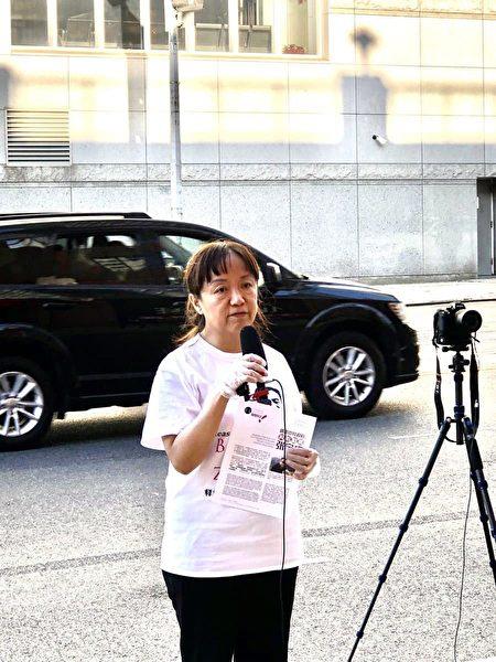 11月8日张宝成妻子刘珏帆到纽约中领馆前要求无罪释放丈夫。