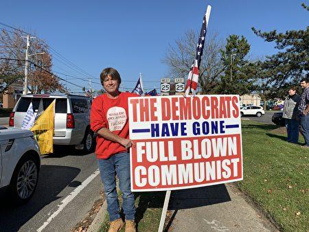 挺川人士打出標語:「民主黨完全變成共產主義」的牌子。