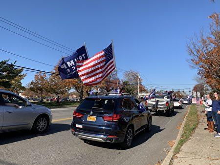 挺川車隊上,挺川旗幟、美國國旗飄揚。