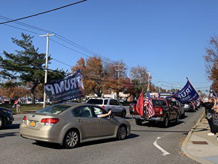 挺川車隊浩浩蕩蕩,民眾在道路旁搖旗吶喊。