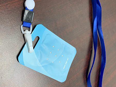 """图为在纽约超市销售的""""病毒屏蔽卡""""(Virus Shut Out Cards),声称可杀灭新冠病毒,并称可代替戴口罩,其实都是未经检测证实的。"""