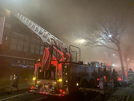 消防员架起云梯。
