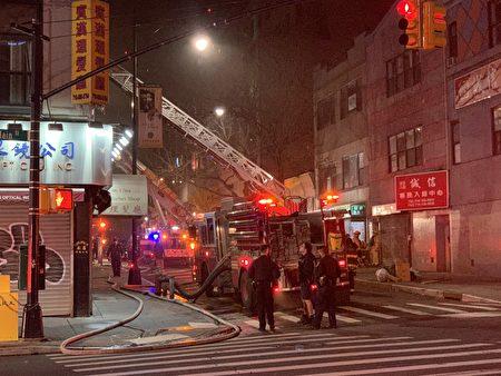 大批消防员到场救火。