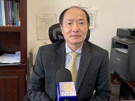 圖為紐約律師朱偉,入籍審查愈加嚴格,以誠信、守法做人,方可避免風險。