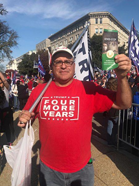 11月14日在華盛頓DC有超過50萬人參加的抗議大選舞弊集會中,西人Theo支持EndCCP聯署,他指出,中共圖謀通過一帶一路控制全球,必須抵制。(全球退黨服務中心提供)
