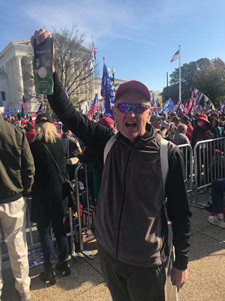 在華盛頓DC有超過50萬人參加的抗議大選舞弊集會中,西人民眾支持EndCCP聯署。(全球退黨服務中心提供)