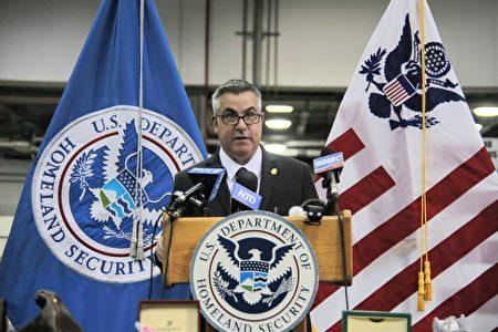 2020年11月24日,CBP纽约JFK机场分局代理局长萨尔・格莱西亚(Sal Ingrassia)在记者会上发言。