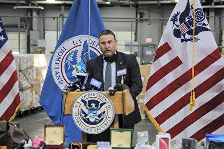2020年11月24日,国土安全调查处纽约地区助理特别专员埃里克・罗森布拉特(Erik Rosenblatt)在记者会上发言。