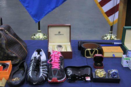 2020年11月24日,美国海关与边境保护局展示不法商人仿冒要价不菲的Audemars Piguet手表和LV奢侈商品等。