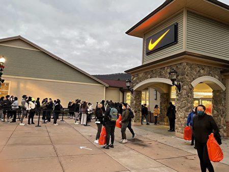 早上不到7點, 顧客提著大包小包的「戰利品」從NIKE店裡出來。